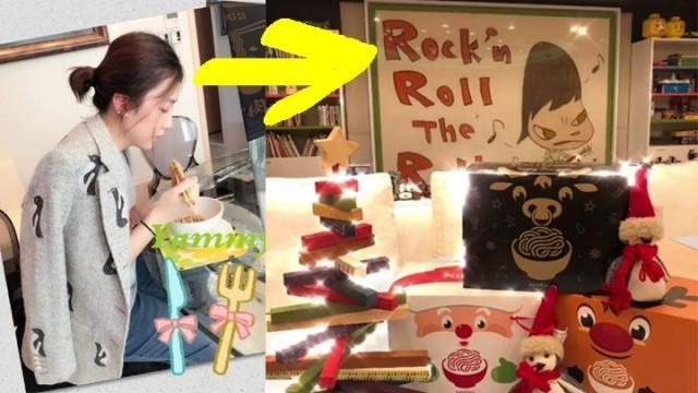 Khải Vận khoe một bức tranh do họa sĩ Nara Yoshimoto vẽ, trưng tại nhà riêng của cô.