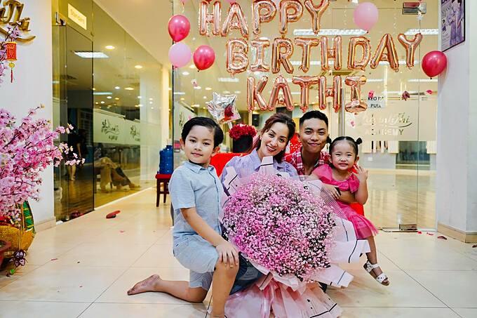 Khánh Thi hạnh phúc đón tuổi 39 bên chồng và hai con.