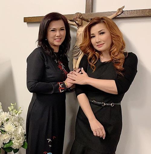 Trizzie Phương Trinh chụp ảnh kỷ niệm cùng ca sĩ Phương Loan.
