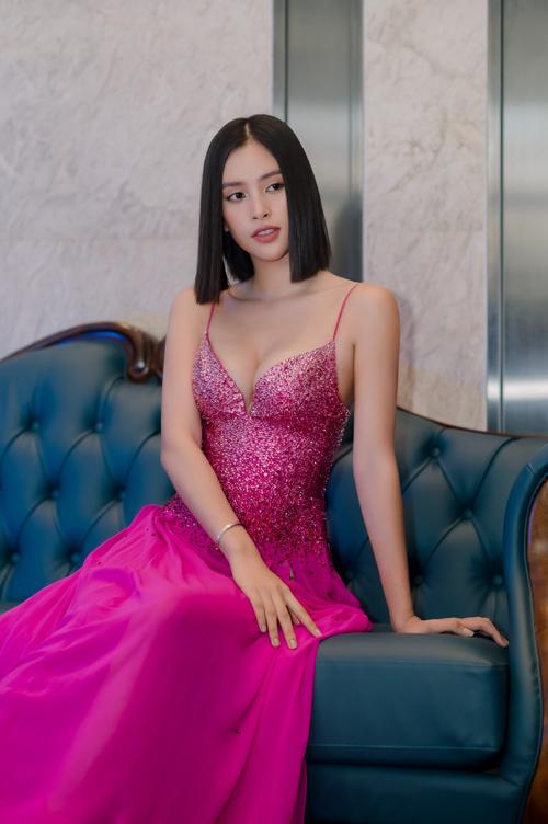 Tiểu Vy đụng váy Hoàng Thùy - 4