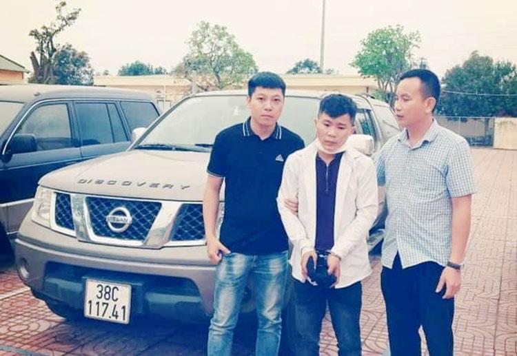 Nghi can Sỹ (đứng giữa) bị cảnh sát dẫn về trụ sở. Ảnh: Trần Hưng
