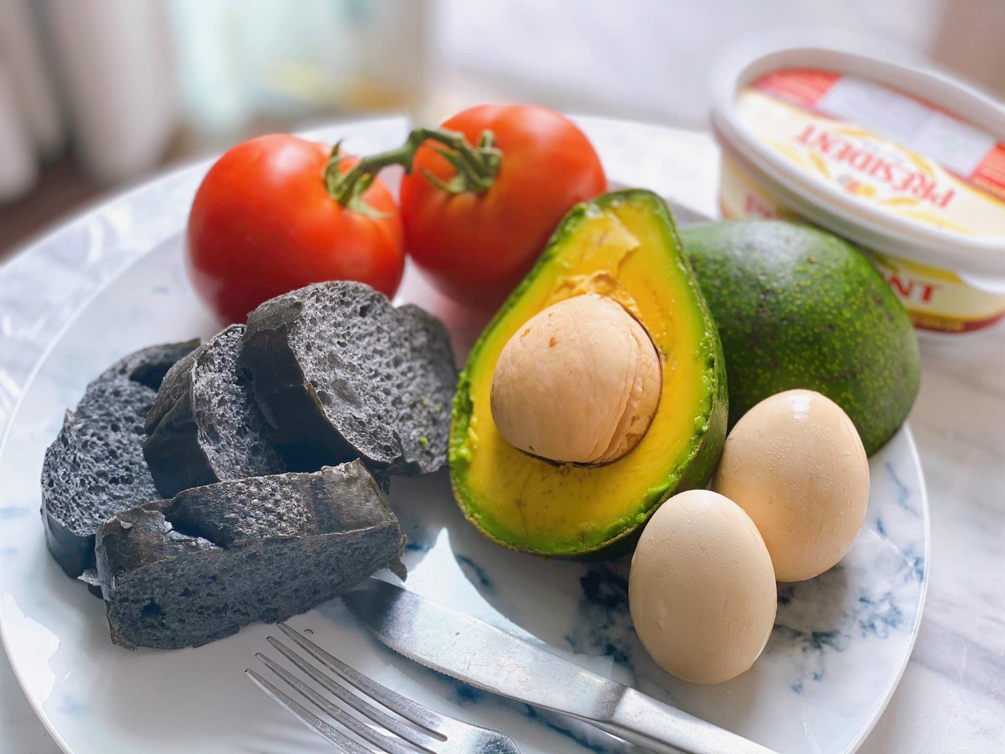 Bữa sáng của Ngọc Hân cung cấp đầy đủ các nhóm dưỡng chất cần thiết cho cơ thể: tinh bột từ bánh mì nướng, chất xơ cùng chất béo tốt từ quả bơ, cà chua và hàm lượng cao protein từ trứng gà.