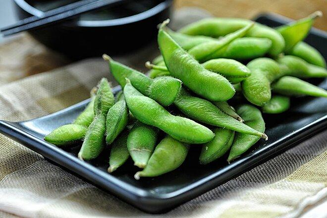 Đậu nành Nhật chứa khoảng 12% protein, tỷ lệ rất cao đối với một thực phẩm có nguồn gốc thực vật. Đây cũng là một nguồn protein chất lượng, cung cấp hầu hết các axit amin thiết yếu.