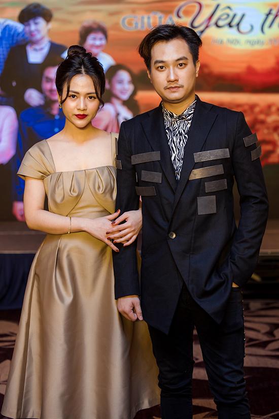 Diễn viên Anh Tuấn và Việt Hoa tại họp báo giới thiệu Trở về giữa yêu thương.
