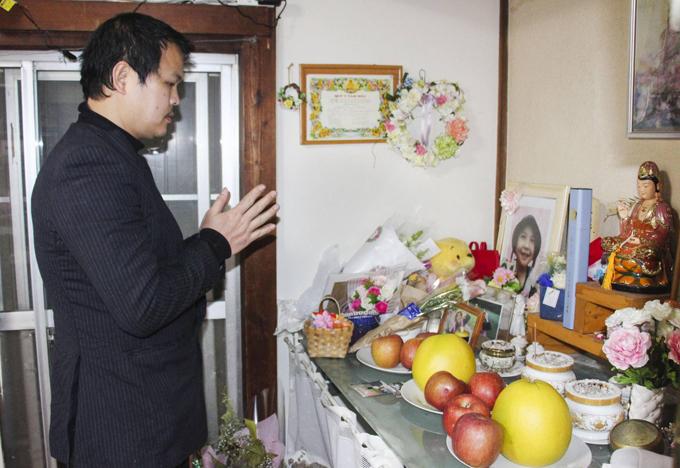 Anh Hào cầu nguyện trước di ảnh con gái Nhật Linh hôm 20/3 trước khi dự phiên tòa xét xử hôm nay. Ảnh: Kyodo.