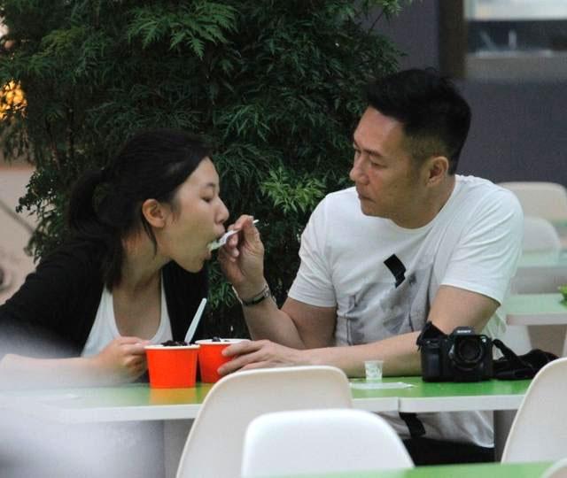 Tài tử Trương Triệu Huy đút cho con gái ăn.
