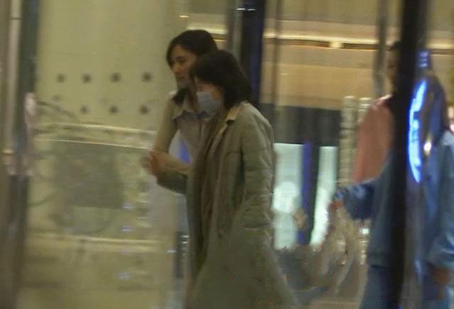 Hải Hà Kim Hỷ đưa mẹ Lý Á Bằng ra taxi.