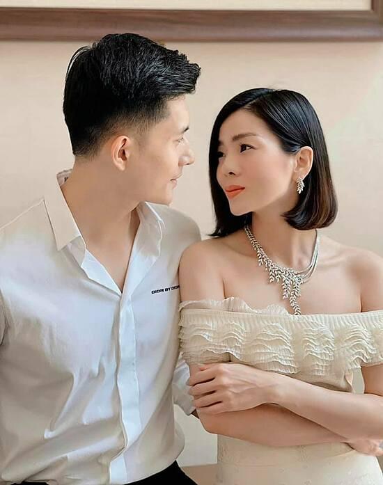 Ngược lại, anh cũng hết mực chiều chuộng người tình. Ngày Valentine, họ dành thời gian cho nhau đến tân khuya. Hay ngày 8/3, Lâm Bảo Châu mua quà sớm tặng bạn gái.