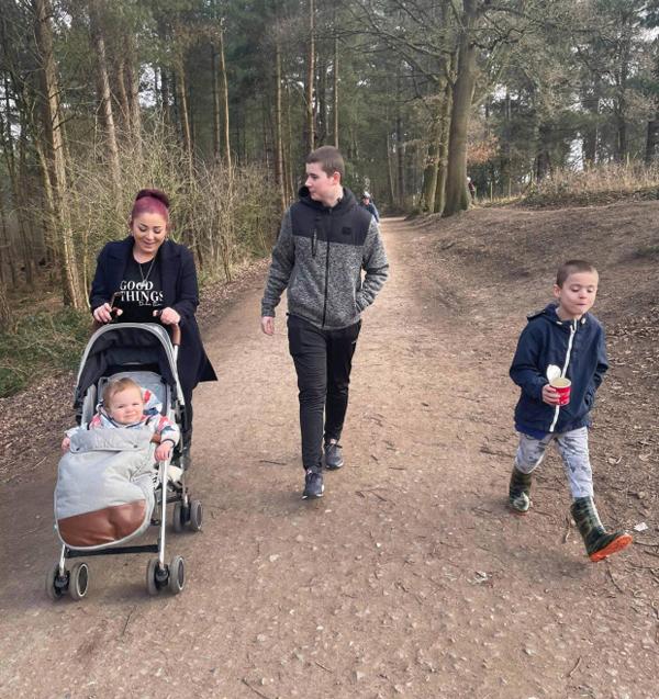 Kristy Brown và hai con cùng em họ đi dạo trong công viên ở Northwich. Ảnh: Mercury.