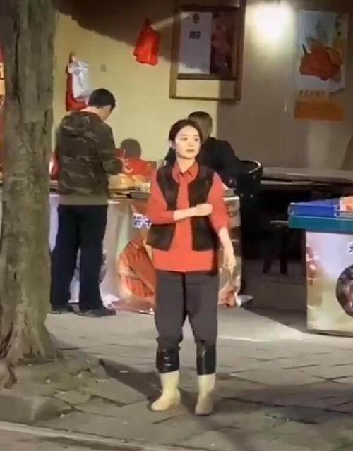 Triệu Lệ Dĩnh mang ủng, mặc quần áo bình dân quay phim trên đường phố.