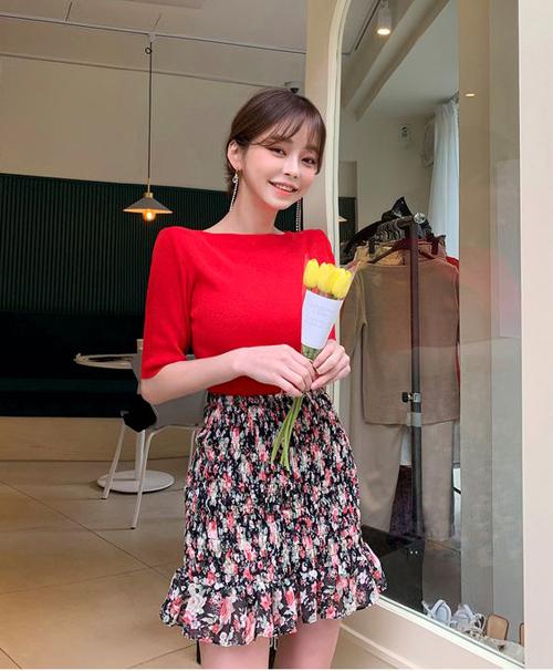 Váy hoa thiết kế trên vải lụa chiffon cũng là trang phục phù hợp với mùa nắng. Khi mặc đầm in họa tiết, các nàng nên chọn áo màu đơn sắc hài hòa.