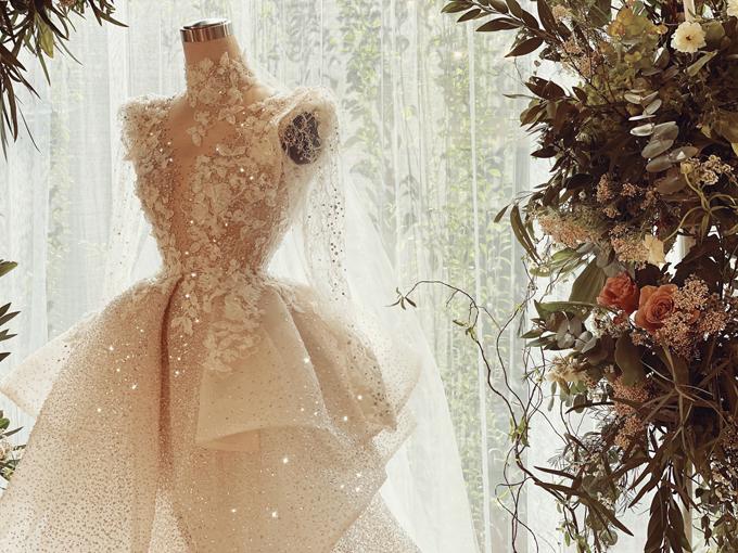 Kim Bảo đã dành nhiều thời gian đi tới các cửa hàng váy cưới tại TP HCM nhưng cuối cùng lại lựa chọn NTK Phương Linh ở Hà Nội để gửi gắm niềm tin.