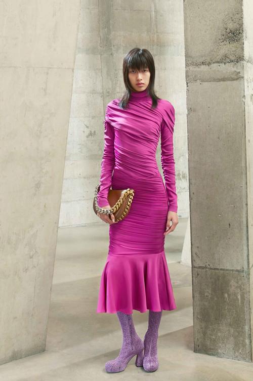 Qua nhiều vòng casting, Phương Oanh có cơ hội sải bước cùng dàn mẫu chuyên nghiệp thế giới trong show diễn của Stella McCartney tại Tuần lễ thời trang Thu - Đông 2021.