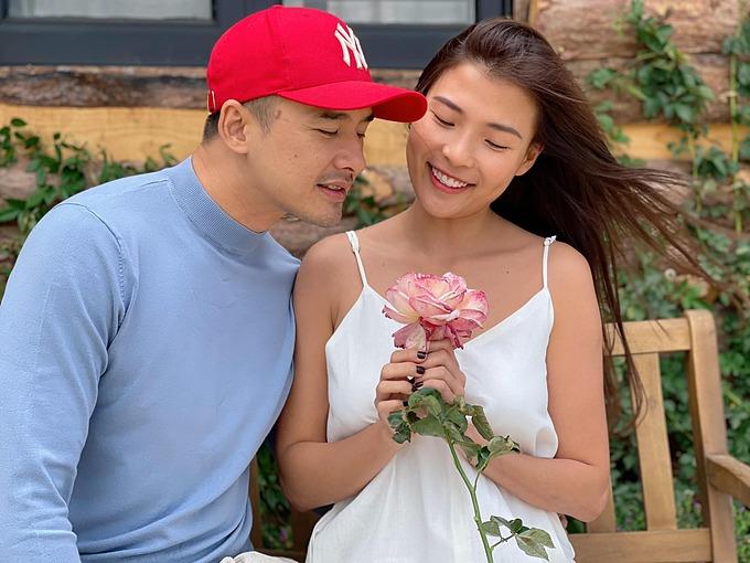 Thúy Diễm hạnh phúc khi được ông xã Lương Thế Thành tặng hoa.