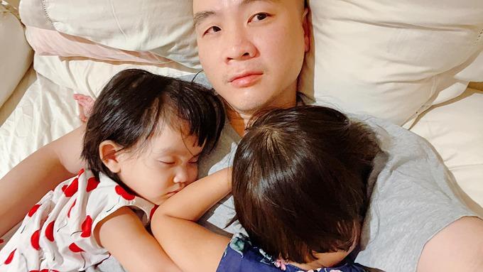 NTK Đỗ Mạnh Cường kể: Giờ làm sao ngủ đây khi hai cô gái Mymy và Sóc tranh giành bố. Cô nào cũng giữ bố khư khư vậy. Thương bà Én và Linh Đan không tranh nổi với hai cô gái ghê gớm này. Sóc là con nuôi thứ 8 được anh nhận nuôi cách đây vài ngày.