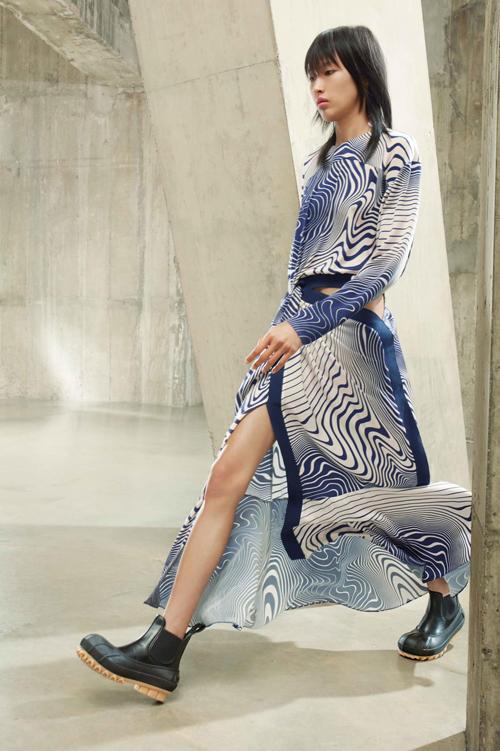 Trong show Stella McCartney Phương Oanh trình diễn 4 bộ trang phục. Người mẫu chia sẻ thêm, ngoài việc chụp ảnh cho các nhãn hàng, tham gia London Fashion Week, cô còn trúng show ở Milan Fashion Week.