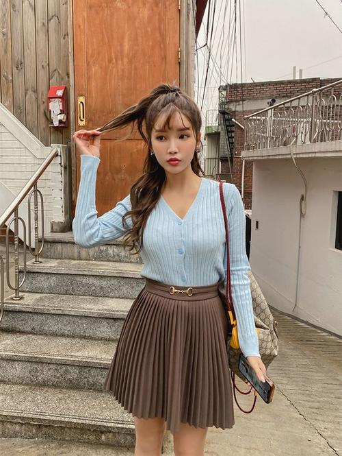 Với các bạn gái khu vực phía Bắc, áo dệt kim mỏng vẫn có thể tận dụng để mix đồ hợp mốt mùa hè.