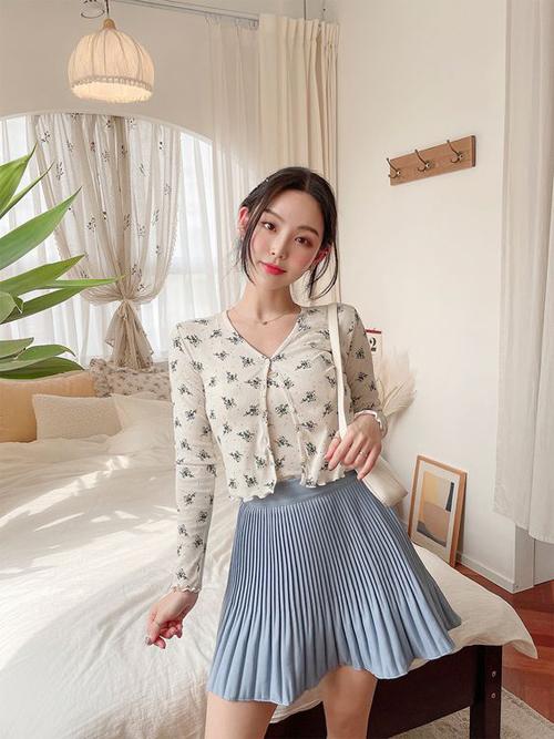 Chân váy xếp ly xinh xắn có thể mặc cùng các mẫu áo trắng sát nách hoặc áo in hoa nhí để tăng vẻ nữ tính.