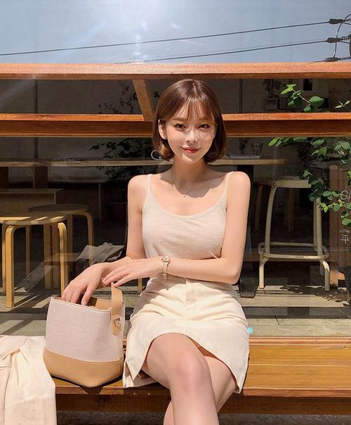 Áo hai dây màu đơn sắc, thiết kế trên chất liệu thun cotton thoáng mát dễ mix cùng chân váy, quần short.
