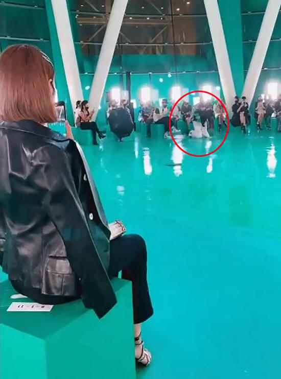 Tối 23/3, show Spin-off Xuân hè 2021 của Louis Vuitton diễn ra tại Bảo tàng ArtScience, Singapore. Đây là show thời trang gặp gỡ trực tiếp đầu tiên được tổ chức tại đảo quốc sư tử kể từ khi đại dịch xuất hiện.Địa điểm trình diễn ở ngay dưới giếng trời nên cơn mưa dai dẳng khiến sàn runway trở nên trơn trượt. Người mẫu Singapore 26 tuổi Kaigin Yong - một trong 41 chân dài tham gia catwalk - bị ngã đập mạnh đầu gối xuống sàn khi mở màn sự kiện. Dù vậy, cô nén đau để đứng dậy hoàn thành phần trình diễn và tiếp tục catwalk  thêm ba lượt nữa trước khi kết thúc chương trình.