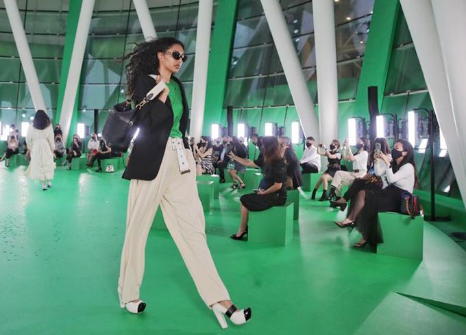 Giám đốc sáng tạo người Singapore Johnny Khoo cũng khen ngợi nỗ lực can đảm của nhà mốt Pháp: Điều đó thật đáng khích lệ. Chúng tôi cần những thứ như vậy để giữ cho thời trang tiếp tục phát triển. Ngay cả ở các kinh đô thời trang, nhiều buổi trình diễn vẫn đang bị hủy.