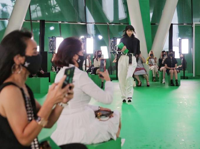 Kaigin Yong (người mẫu trong ảnh) tiết lộ, đây là cú trượt ngã đầu tiên trong sự nghiệp của cô. Tuy nhiên, thật tuyệt vời khi được diễn cho Louis Vuitton. Đó là một sự kiện quan trọng trong ngành công nghiệp thời trang trên toàn thế giới - một dấu hiệu của sự tích cực trong bối cảnh đại dịch.