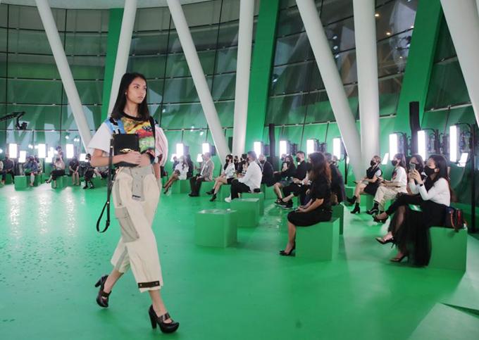 Quy tụ 112 khách mời với ghế ngồi được bố trí giãn cách, show này đánh dấu một sự khởi đầu thận trọng nhưng lạc quan cho sự trở lại của các chương trình quy mô lớn - điều mà những người trong giới thời trang đều hy vọng, The Straits Times nhận định.