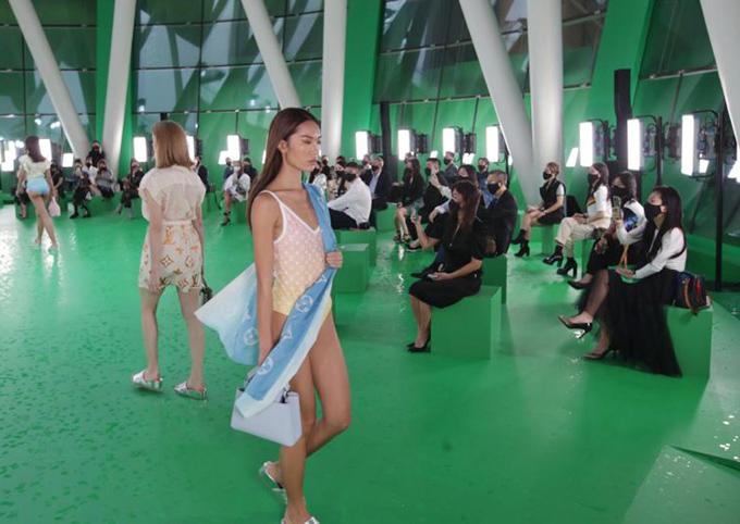 Nữ diễn viên Zoe Tay khen show diễn được quản lý tốt và an toàn. Ngay cả với thời tiết này, chương trình vẫn diễn ra. Nó tươi mới và bầu không khí tràn ngập năng lượng.