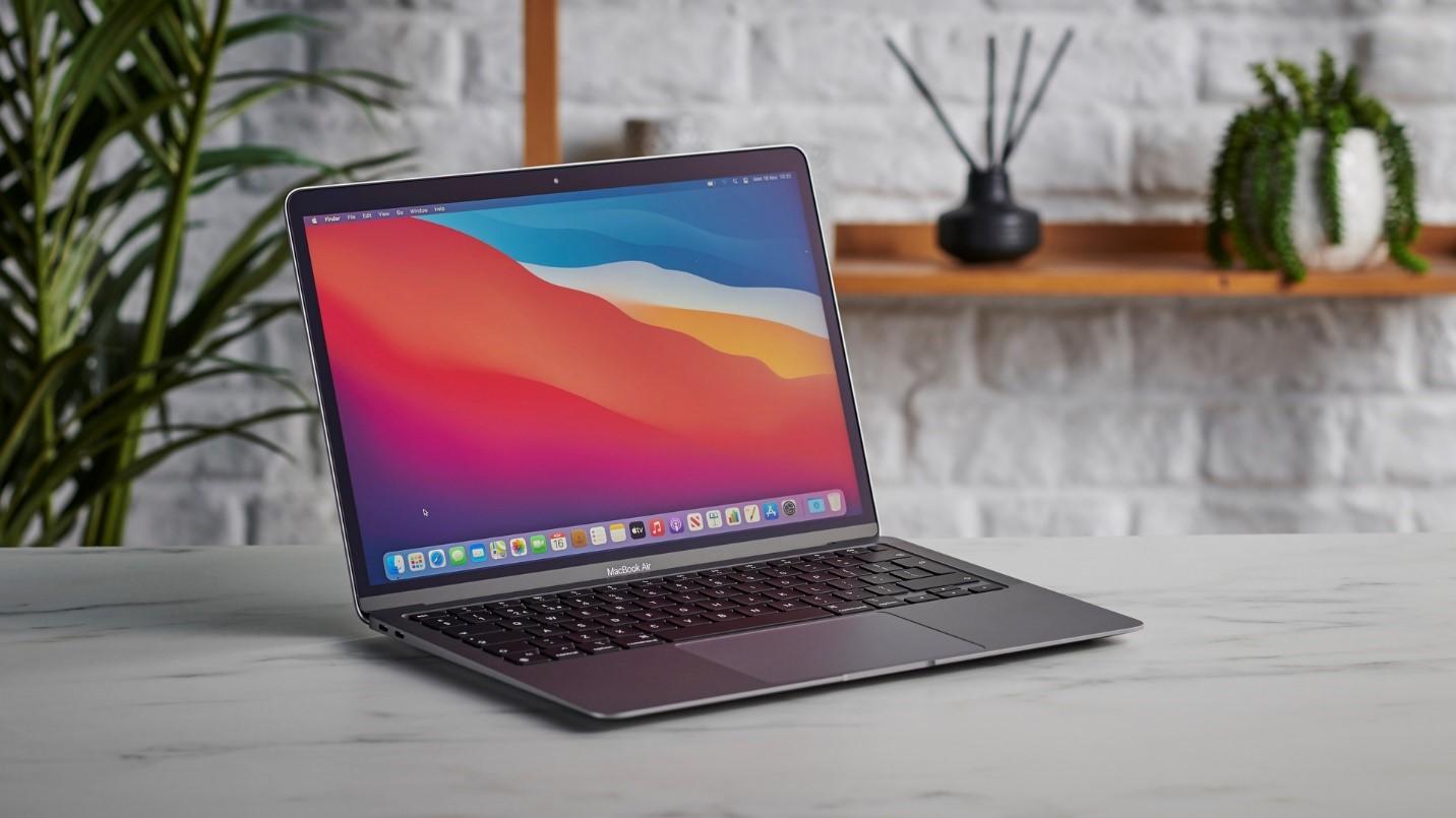 Nổi bật trong danh sách hàng nghìn sản phẩm giảm sâu đúng nửa đêm sinh nhật Lazada là MacBook Air 13 inch M1 Chipset. Ra mắt thị trường Việt Nam lần đầu vào cuối năm 2020, sản phẩm nhanh chóng thu hút sự chú ý của các tín đồ công nghệ, đánh dấu bước ngoặt lần đầu tiên Apple tự phát triển chip xử lý ARM cho máy tính của mình. Không chỉ nổi trội về mặt hiệu năng, dòng máy này còn gây ấn tượng về thời lượng pin với 15h lướt web và xem video liên tục.Trong khoảng thời gian 2 tiếng 0h-2h ngày 27/3, MacBook Air 13 inch M1 Chipset sẽ chính thức được mở bán trên Lazada với mức giá giảm đến 17%. Máy được bảo hành 1 đổi 1 trong 12 tháng theo chính sách của Apple. Đồng thời, suốt ba ngày mừng sinh nhật, người mua không chỉ hưởng giá độc quyền mà còn được tặng kèm bộ Office 365 bản quyền giá 1,29 triệu đồng.