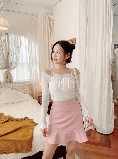 Set đồ xuống phố mùa hè vừa trẻ trung vừa gợi cảm với cách mix áo trễ vai đi cùng chân váy chữ A màu hồng pastel.