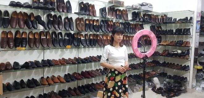 Livestream bán hàng trên Lazada trở thành một phần không thể thiếu trong công việc hàng ngày của chị Hà. Ảnh nhân vật cung cấp.