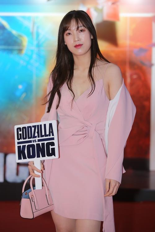 Hoa hậu áo dài Phí Thùy Linh lả lơi ở sự kiện.