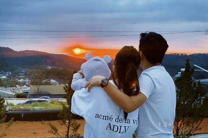 Vợ chồng Trường Giang - Nhã Phương bên con gái trong chuyến đi Đà Lạt cùng đoàn phim Cây táo nở hoa. Ảnh: Đỗ Tấn Phát.