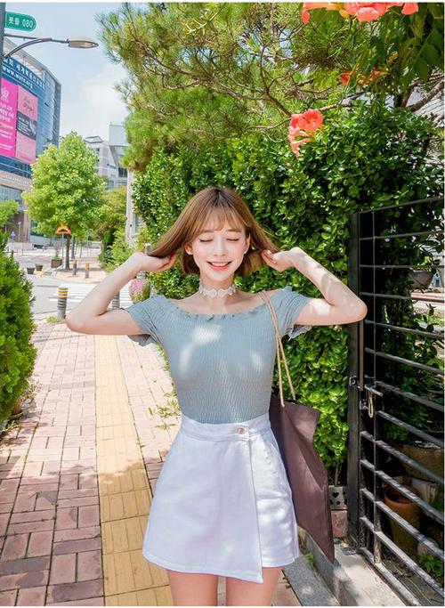 Áo trễ vai, áo bẹt vai phối cùng chân váy chữ A vừa tôn nét trẻ trung vừa phù hợp với các bạn gái yêu sự năng động, trẻ trung.