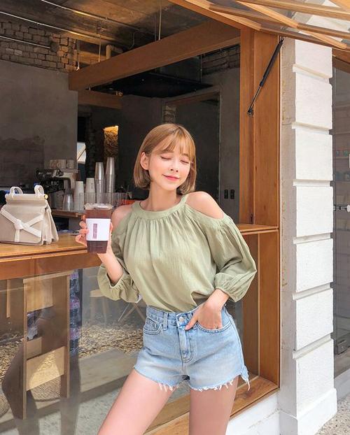 Quần short jeans là trang phục thông dụng, không kén dáng và rất dễ phối đồ. Chính vì thế, nó luôn được phái đẹp ưa chuộng vào mùa nắng.