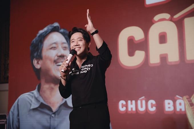 Trong buổi tiệc, Trấn Thành tổ chức hoạt động hài hước Bố già cấp vốn. Anh cùng dàn diễn viên của phim và các nghệ sĩ chi số tiền mặt lớn để tặng các thành viên đoàn phim cùng khách mời có mặt.