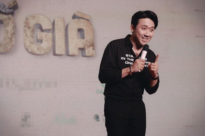 Tối 24/3, nhà sản xuất - đạo diễn - diễn viên Trấn Thành tổ chức tiệc ăn mừng phim Bố già thu hơn 300 tỷ đồng, trở thành phim có doanh thu cao nhất Việt Nam. Trấn Thành kể danh ca Tuấn Ngọc đặt biệt danh cho anh là bố giàu thay vì biệt hiệu bố già, sau khi phim đại thắng.