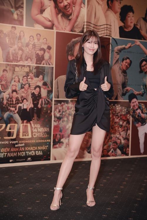 Người mẫu Chế Nguyễn Quỳnh Châu đến dự tiệc.