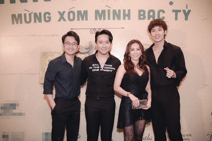 Hoa hậu Thu Hoài cùng ông xã (bìa trái) đến chúc mừng Trấn Thành và diễn viên Tuấn Trần.