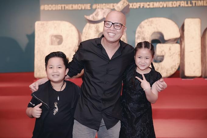 Đạo diễn Vũ Ngọc Đãng ôm hai diễn viên nhí Bảo Phúc, Ngân Chi.