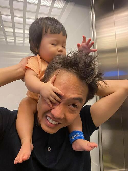 Như thế này có được gọi là đè đầu cưỡi cổ không cả nhà ơi?, Cường Đôla hài hước chia sẻ về ảnh bên con gái Suchin.