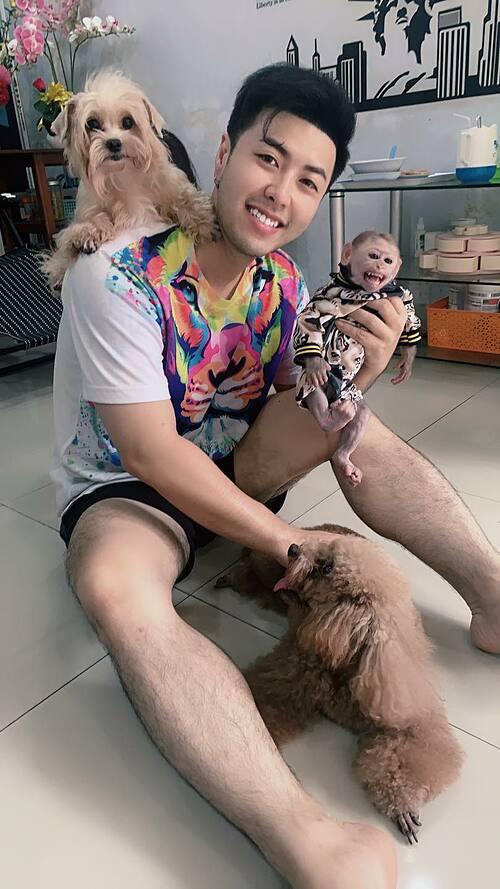 Akira Phan đùa nghịch cùng thú cưng trong nhà.