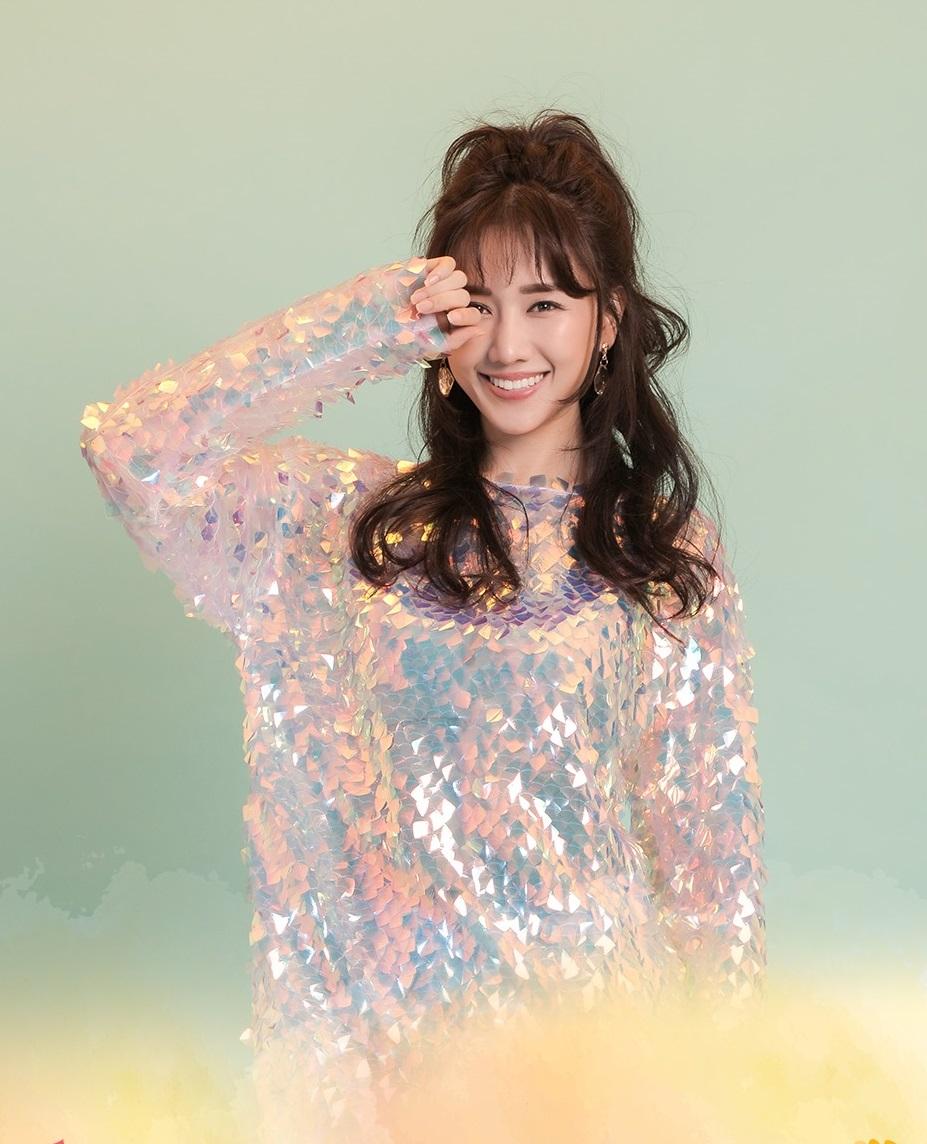 Trên Facebook và Instagram, nhiều fan nói mong chờ sự xuất hiện của Hari Won trên thảm đỏ. Là gương mặt quen thuộc trên sóng truyền hình, bà xã Trấn Thành thường được khen vui vẻ, luôn thẳng thắn thể hiện cá tính.