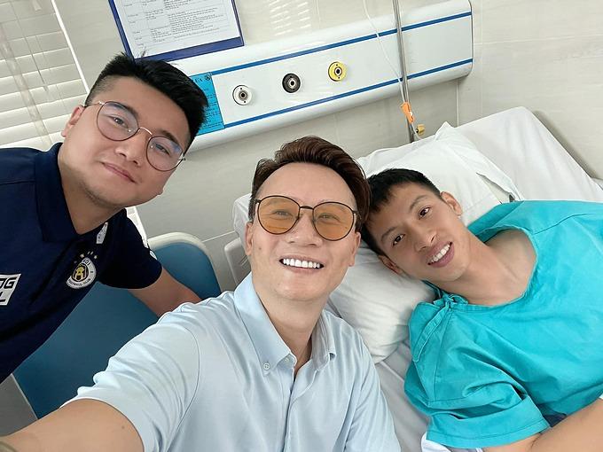 Ca sĩ Hoàng Bách đến bệnh viện thăm Hùng Dũng và tiết lộ nam tiền vệ khỏe và lạc quan sau ca phẫu thuật vì gãy xương chân.