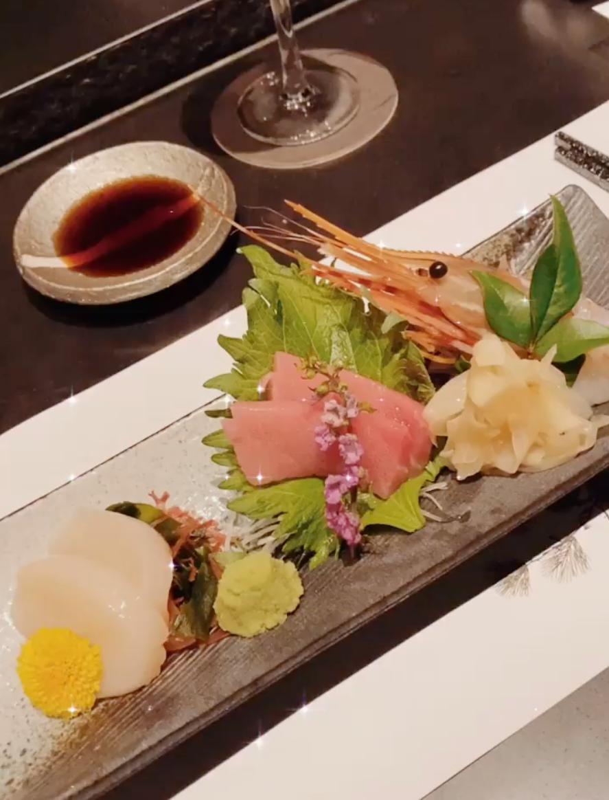 Khai vị là đĩa sashimi các loại hải sản tươi tổng hợp, trong đó không thể thiếu cá ngừ đại dương béo ngậy, tôm có độ giòn nhè nhẹ và sò điệp mềm.