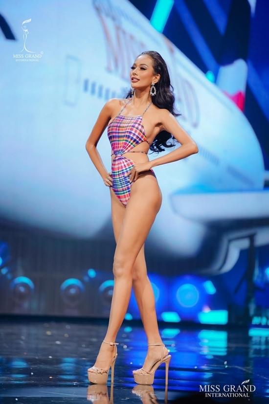 Hoa hậu Indonesia - Kharishma Aura luôn toả sáng ở các phần thi, đặc biệt là bikini. Cô hứa hẹn sẽ bứt phá và mang về chiếc vương miện vàng thứ hai cho quê nhà.