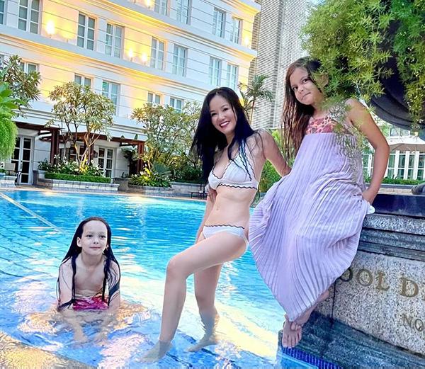 Body của cô Bống Hồng Nhung ở tuổi 51 khiến nhiều người ngưỡng mộ. Trong ảnh, cô tự tin diện bikini khoe dáng bên hai con Tôm - Tép trong kỳ nghỉ dưỡng mừng sinh nhật muộn.