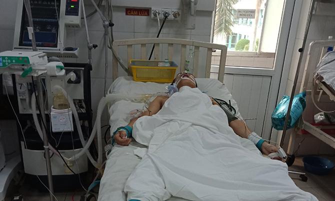 Anh Họp đang đang điều trị tại bệnh viện. Ảnh: Sơn Thủy.