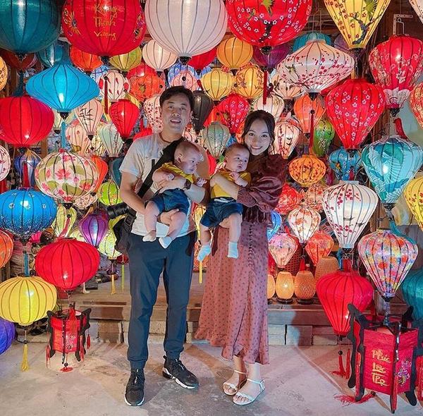 Vợ chồng nhạc sĩ Dương Khắc Linh bồng bế con đi chơi ở Hội An.