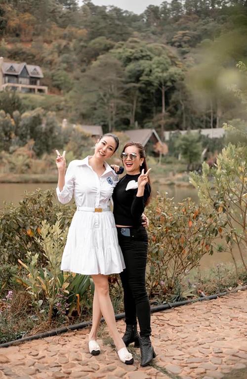 Hoa hậu Hà Kiều Anh mừng sinh nhật bạn thân Anh Thơ - vợ diễn viên Bình Minh.